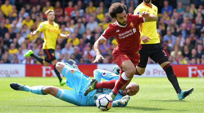 Kiper Watford, Heurelho Gomes (kiri) menghadang laju pemain Liverpool, Mohamed Salah pada laga Premier League di Vicarage Road, Watford, (12/8/2017). Liverpool bermain imbang 3-3. (AFP/Olly Greenwood)