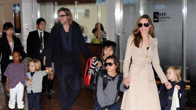 Hal tersebut mereka lakukan demi kebahagiaan ke enam anaknya, Maddox, Zahara, Shihloh dan si kembar Vivienne dan Knox. (TORU YAMANAKA / AFP)