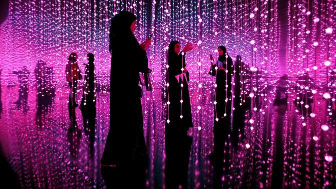 Seorang pengunjung wanita berswafoto di Museum Masa Depan di World Government Summit di Dubai, Uni Emirat Arab (12/2). Bangunan ini akan menjadi daya tarik, sekaligus fasilitas riset. (AP Photo / Kamran Jebreili)