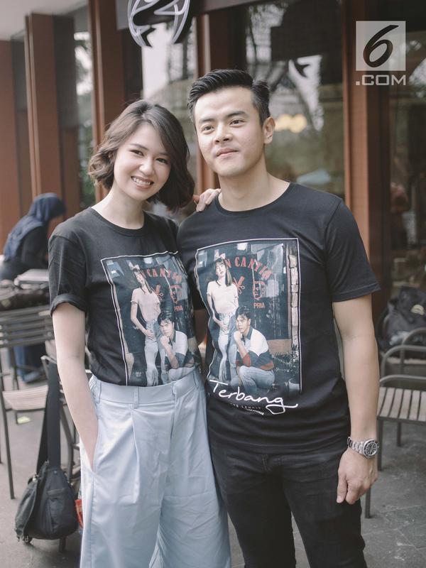 Pemain film Terbang Menembus Langit Laura Basuki dan Dion Wiyoko berpose untuk difoto usai jumpa pers film dikawasan Jakarta, Senin (16/4). (Liputan6.com/Faizal Fanani)