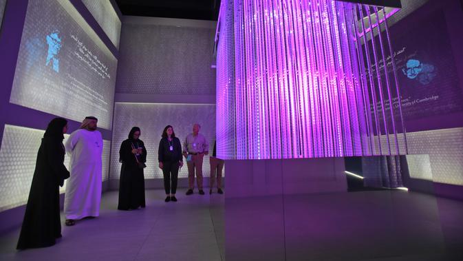 Sejumlah pengunjung melihat pameran di Museum Masa Depan di World Government Summit di Dubai, Uni Emirat Arab (12/2). Dalam pembangunannya museum dengan menelan anggaran $136 juta AS atau sekitar Rp 1,79 triliun. (AP Photo / Kamran Jebreili)
