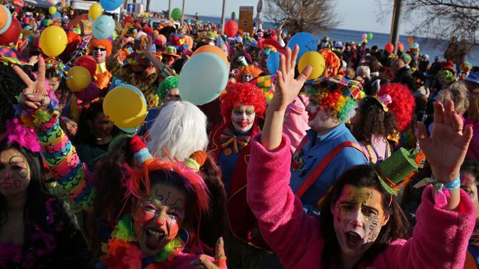 Ratusan orang mengenakan kostum badut berkumpul di pantai Sesimbra saat mengikuti Parade Karnaval Clowns, Lisbon, Spanyol (12/2). (AP Photo / Armando Franca)