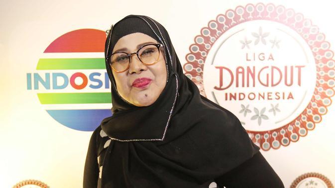 Penyanyi dangdut Elvy Sukaesih berpose seusai jumpa pers Liga Dangdut Indonesia di SCTV Tower, Jakarta, Jumat (12/1). Peserta Liga Dangdut Indonesia akan dikomentari langsung oleh dewan dangdut dan promotor. (Liputan6.com/Herman Zakharia)