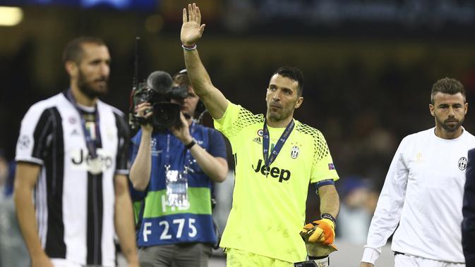 Lambaian tangan Gianluigi Buffon kepada suporter usai menerima medali sebagai runer up Liga Champions 2016-2017 di Millennium Stadium, Cardiff, Wales (3/6/2017). (AP/Dave Thompson)