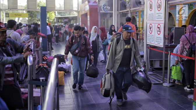 Sejumlah pemudik memasuki pintu keberangkatan Stasiun Pasar Senen, Jakarta, Selasa (12/6). Pada H-3 Lebaran, sebanyak 25.295 pemudik berangkat ke berbagai daerah di Pulau Jawa melalui Stasiun Pasar Senen. (Liputan6.com/Faizal Fanani)