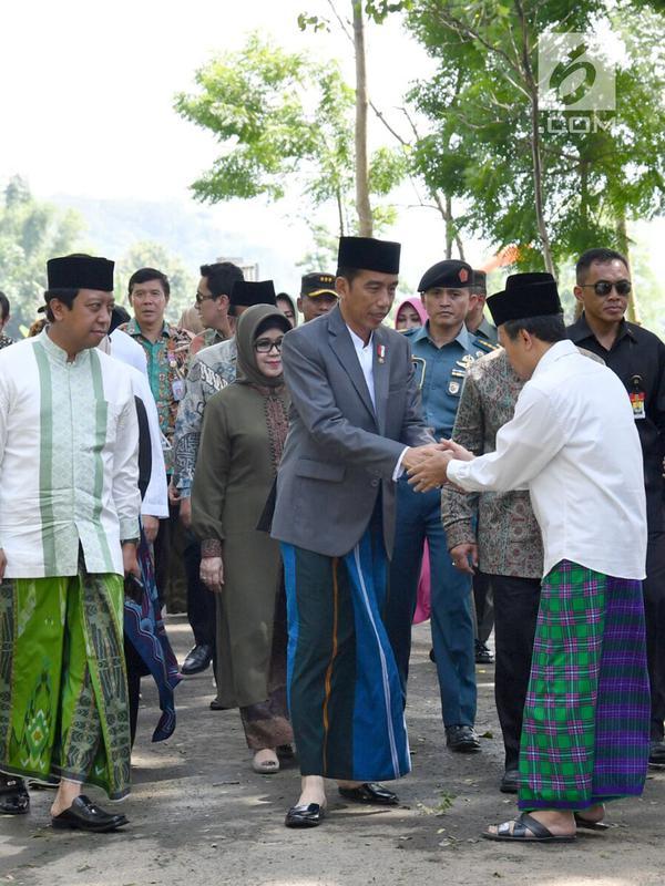 Presiden Joko Widodo didampingi Ketum PPP Romahamurmuziy tiba di Pondok Pesantren Salafiyah Safi'iyah Sukorejo, Jawa Timur, Sabtu (3/2). Jokowi menghadiri Haul Majemuk Masyayikh di pondok pesantren tersebut. (Liputan6.com/Pool/Biro Pers Setpres)