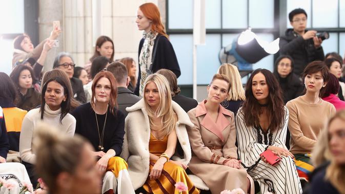 Tory Burch menghadirkan suasana taman bunga ke dalam desain koleksi terbarunya di New York Fashion Week 2018. (Tory Burch)