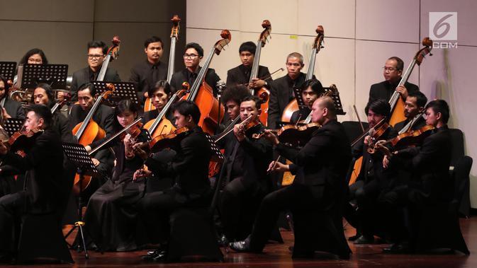 Pemain orkestra saat tampil dalam konser Jakarta City Philharmonic (JCP) di Taman Ismail Marzuki, Jakarta, Rabu (16/5). Konser tersebut mengangkat tema