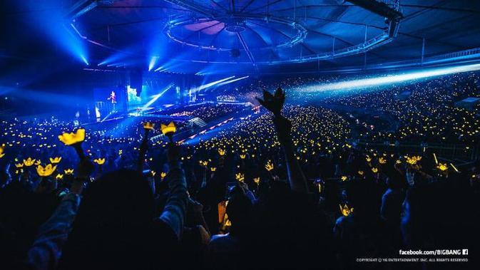 Penggemar Big Bang yang disebut VIP saat memadati konser idolanya dengan light stcik kebanggan yang disebut dengan yellow crown (BigBangUpdates)