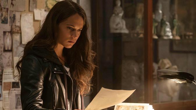 Aktris Alicia Vikander saat beradegan dalam film Tomb Raider. Film ini rencananya akan dirilis di Amerika Serikat di RealD 3D, IMAX 3D dan IMAX oleh Warner Bros. Pictures pada 16 Maret 2018. (Ilze Kitshoff /Warner Bros. Pictures via AP)