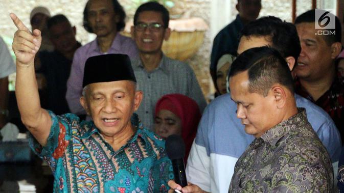 Amien Rais saat memberi keterangan terkait kasus alkes di kediamannya di Jakarta, Jumat (2/6). Amien mengaku siap membeberkan fakta sebenarnya. Dia pun mengaku tidak akan lari dan siap menjawab tuduhan tersebut kepada KPK. (Liputan6.com/Johan Tallo)