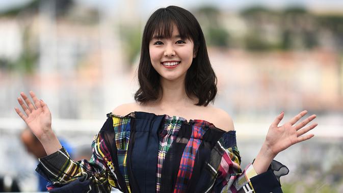 Erika Karata tersenyum saat tiba menghadiri pemutaran film