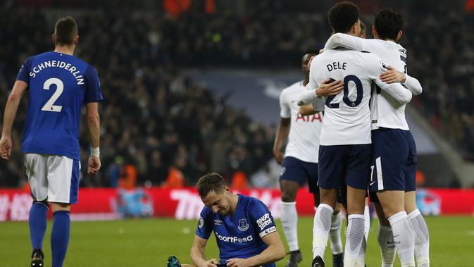 Gelandang Tottenham Hotspur Christian Eriksen merayakan golnya bersama rekan setimnya saat melawan Everton dalam pertandingan Liga Primer di Stadion Wembley, London (13/1). (AFP Photo/Ian Kington)
