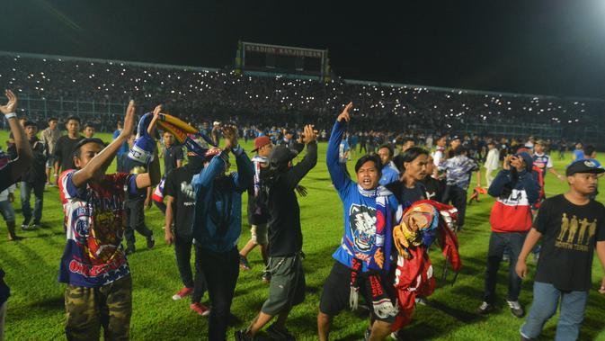 Kericuhan mewarnai jalannya duel Arema FC Vs Persib Bandung (Rana Adwa/Liputan6.com)