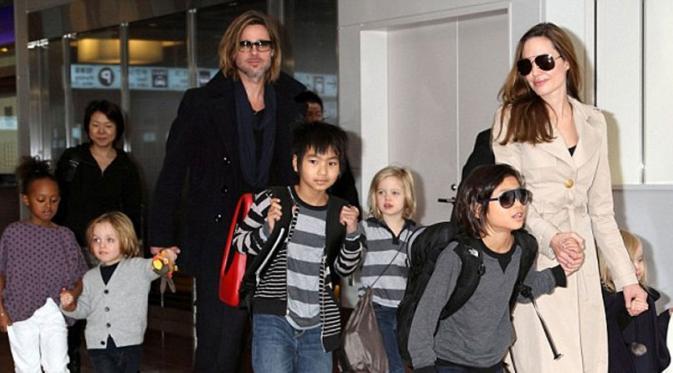 Angelina Jolie danBrad Pitt beserta enam anaknya (The Foxnews)